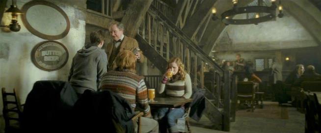 Harry, Ron ed Hermione ai Tre Manini di scopa