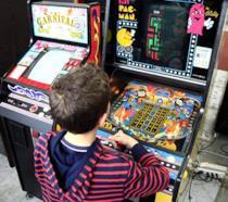 Bambino gioca a un cabinato al Nerd Show di Bologna