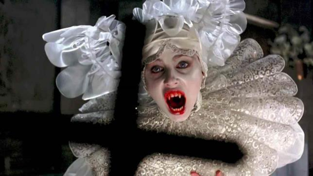 La vampira Lucy è interpretata da Sadie Frost