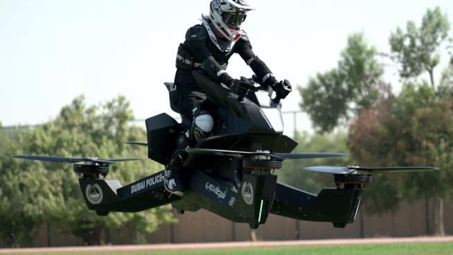 La polizia di Dubai ha iniziato le lezioni per guidare le moto volanti Hoverbike