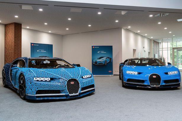 LEGO Technic Bugatti Chiron e il modello originale delle celebre auto sportiva in esposizione nelle sale dell'Autodromo di Monza
