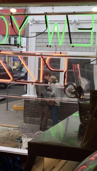 Emma Roberts ed Evan Peters si baciano in giro per le strade
