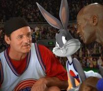 Michael Jordan e Bill Murray con Bugs Bunny sul campo di basket