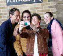 Jude Law e Eddie Redmayne con delle fan