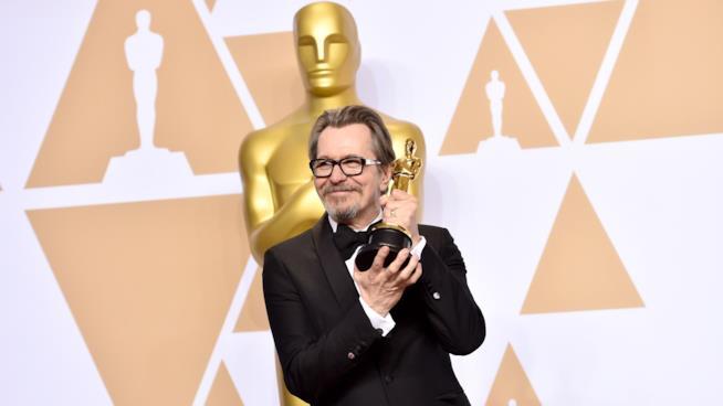 Gary Oldman agli Oscar 2018 con la statuetta vinta per L'ora più buia