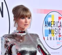 Taylor Swift in posa sul red carpet degli American Music Awards 2018