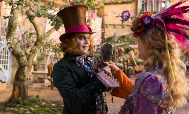 Il Cappellaio Matto mostra uno specchio ad Alice