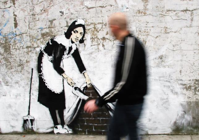 Il murales Spazzalo Sotto al Tappeto di Banksy, a Londra