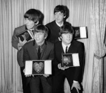 John Lennon, Paul Mccartney, Ringo Starr e George Harrison in una vecchia foto in bianco e nero
