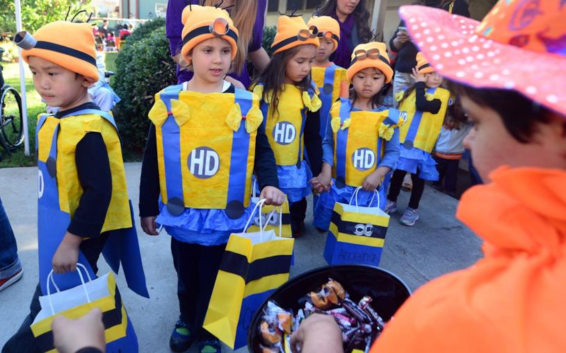 Bambini ad Halloween che fanno dolcetto o scherzetto