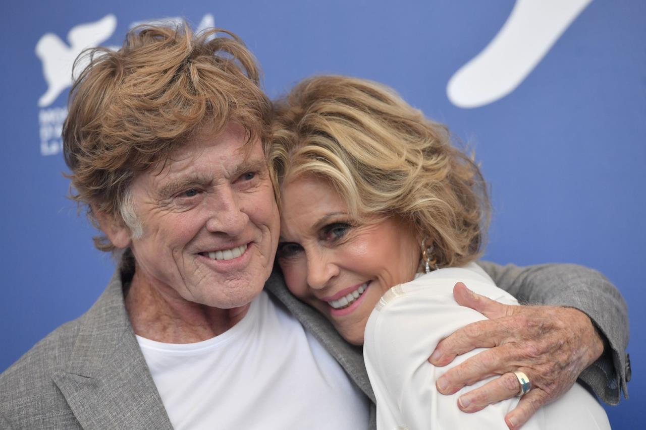 Robert Redford e Jane Fonda si abbracciano e sorridono al photocall di Venezia 74.