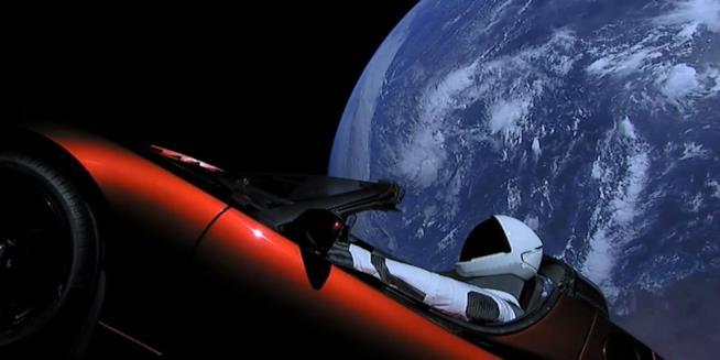 L'auto Tesla a bordo del Falcon Heavy nelle immagini di SpaceX trasmesse suYouTube