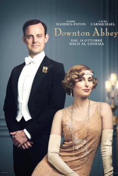 Herbert Pelham sta in piedi accanto a Edith Pelham in vestito senza maniche color oro