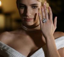 Un primo piano di Chanel Oberlin con l'anello di fidanzamento