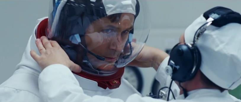 Una scena di First Man con Gosling con il casco