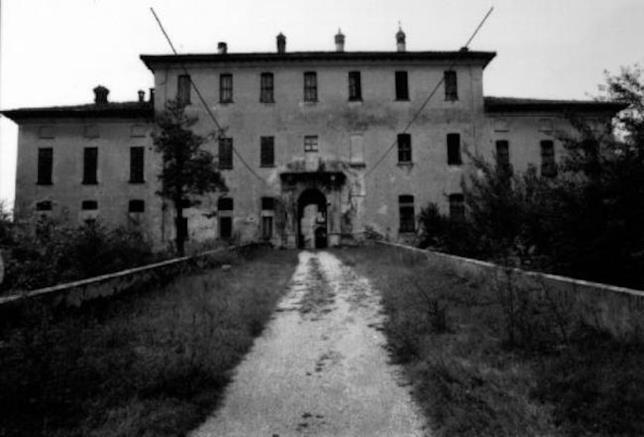 Il viale che porta all'ingresso del castello