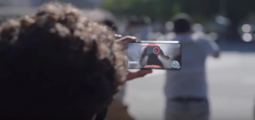 Un nuovo gioco in AR in esecuzione su uno smartphone Samsung