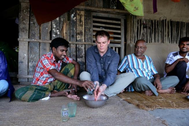 L'attore Michael C. Hall in Bangladesh