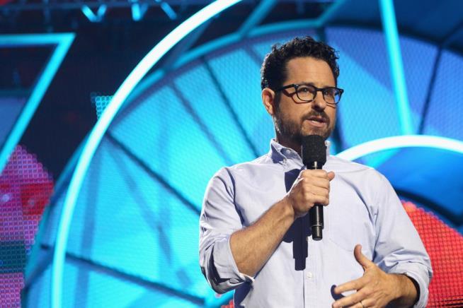 J. J. Abrams con il microfono in mano