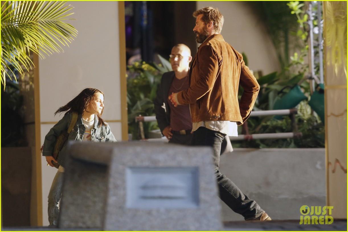 HUgh Jackman e una bambina girano una scena d'azione sul set di Wolverine 3