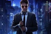 Charlie Cox nei panni dell'avvocato Matt Murdock con occhiali e bastone in mano