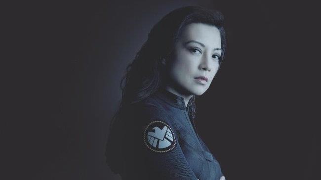 L'agente 33/May in posa dietro al titolo della serie Agents of S.H.I.E.L.D.