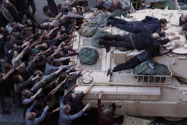 Rick è assediato dagli zombie nel carro armato