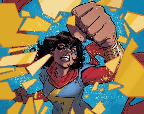 Ms. Marvel mentre distrugge un vetro