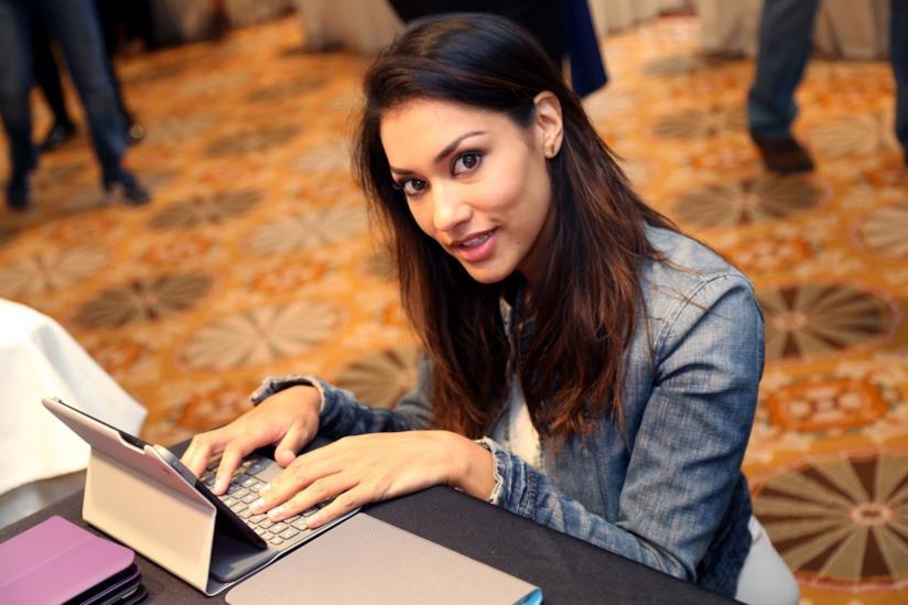 Janina Gavankar al computer