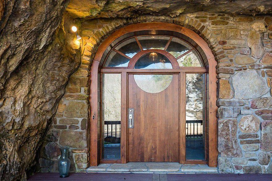 L'esterno della Beckam Creek Cace Lodge: la porta d'ingresso