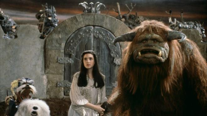 Una immagine del film Labyrinth: Jennifer Connelly insieme ad alcune creature fantastiche del film