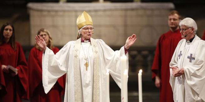 Antje Jackelen, arcivescova dela Chiesa di Svezia, impegnata a celebrare la messa