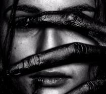 Immagine promozionale di Veronica, dove il suo viso è parzialmente coperto da una mano non umana