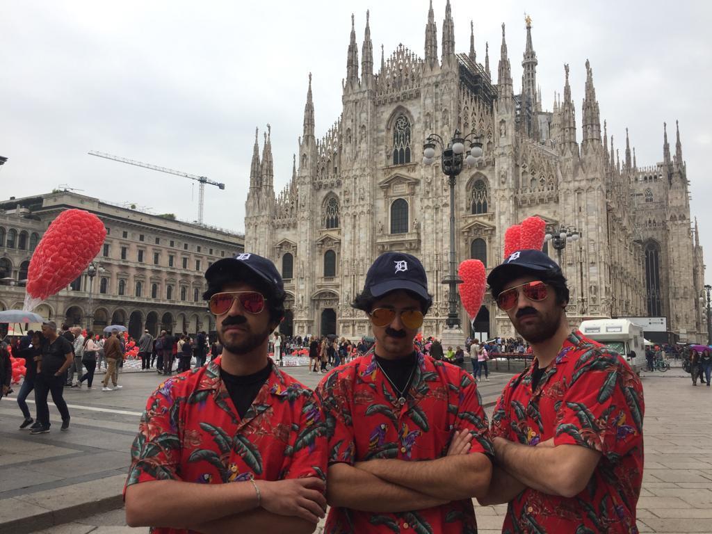 Magnum P.I.: i suoi sosia sono ovunque... Anche davanti al Duomo di Milano