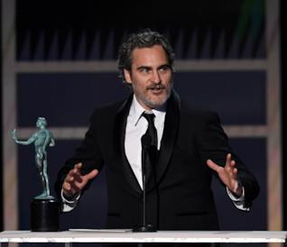 Un mezzo primo piano di Joaquin Phoenix in smoking