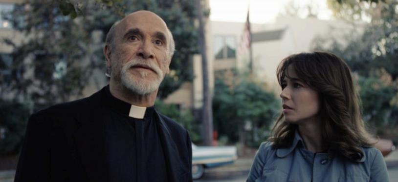 Anne parla con un prelato in La Llorona - Le lacrime del male