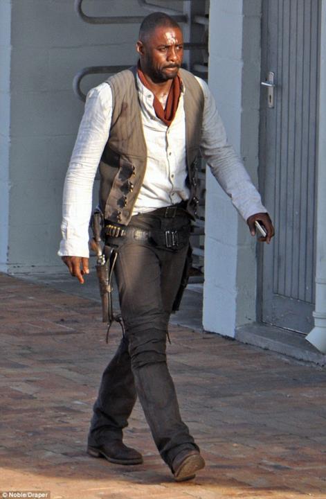 Idris Elba in costume da Roland Deschain sul set della Torre Nera