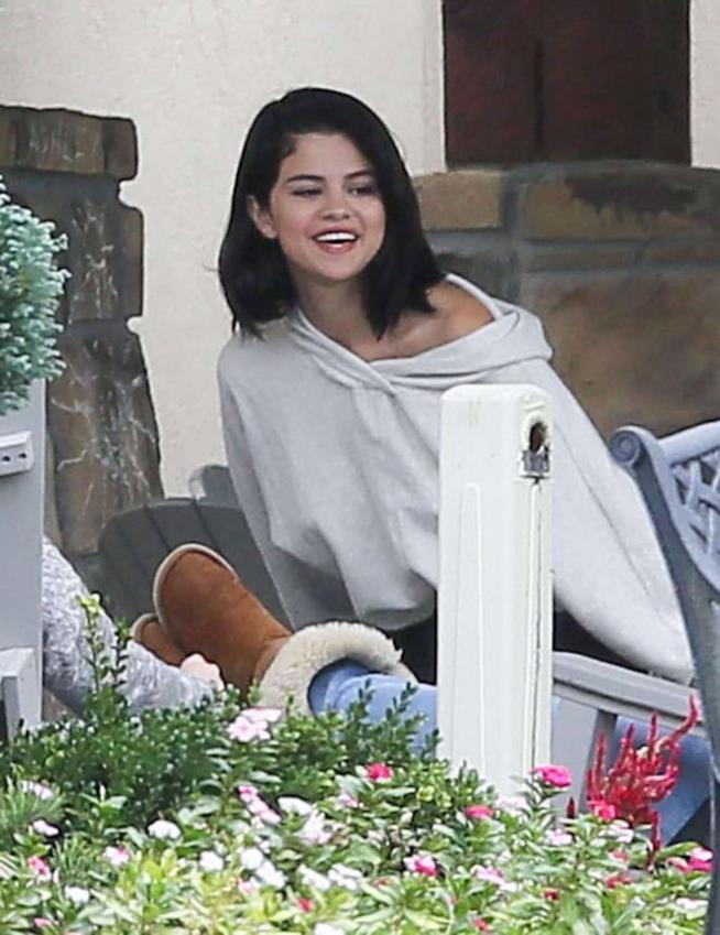 Selena Gomez in look semplice sorride in rehab