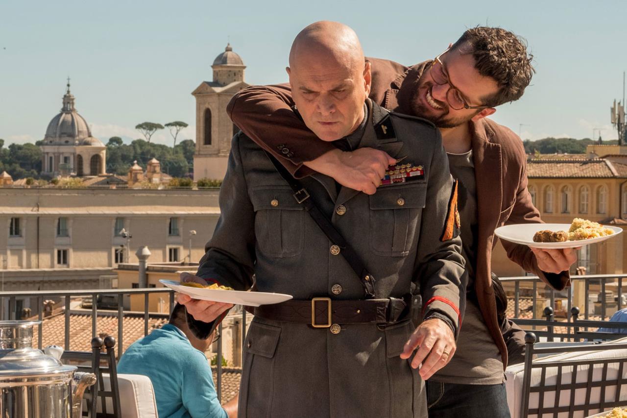 Mussolini e Andrea Canaletti mangiano su un balcone