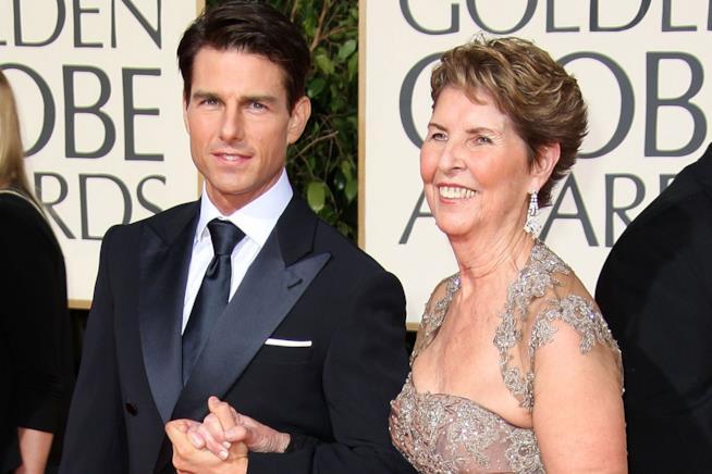 Primo piano di Tom Cruise con la madre Mary Lee