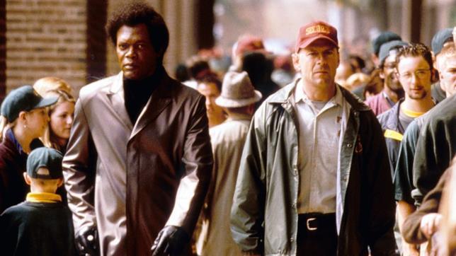 Samuel L. Jackson e Bruce Willis in una scena del film Unbreakable - Il predestinato