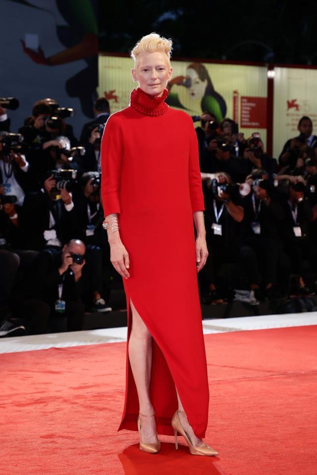 Tilda Swinton sul red carpet di Venezia 75