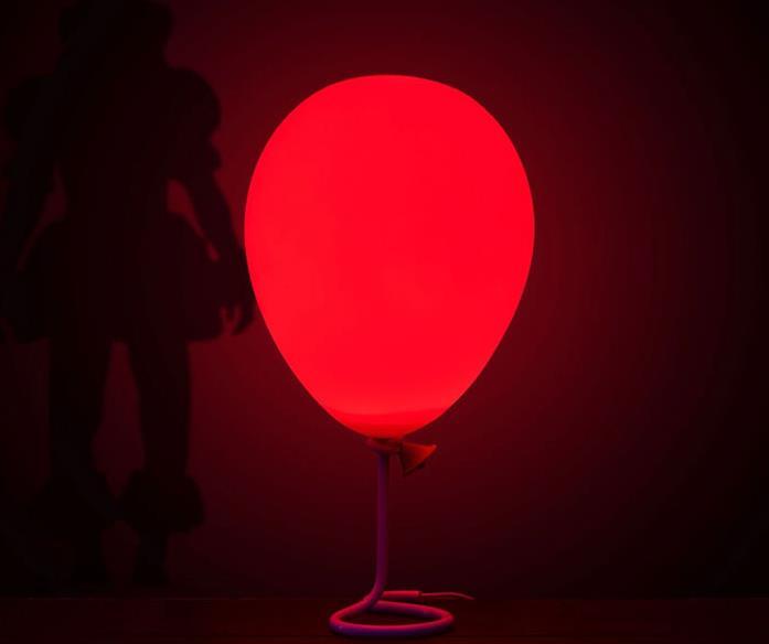 La lampada-palloncino rosso accesa