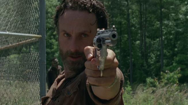 Andrew Lincoln nei panni di Rick Grimes è pronto all'azione