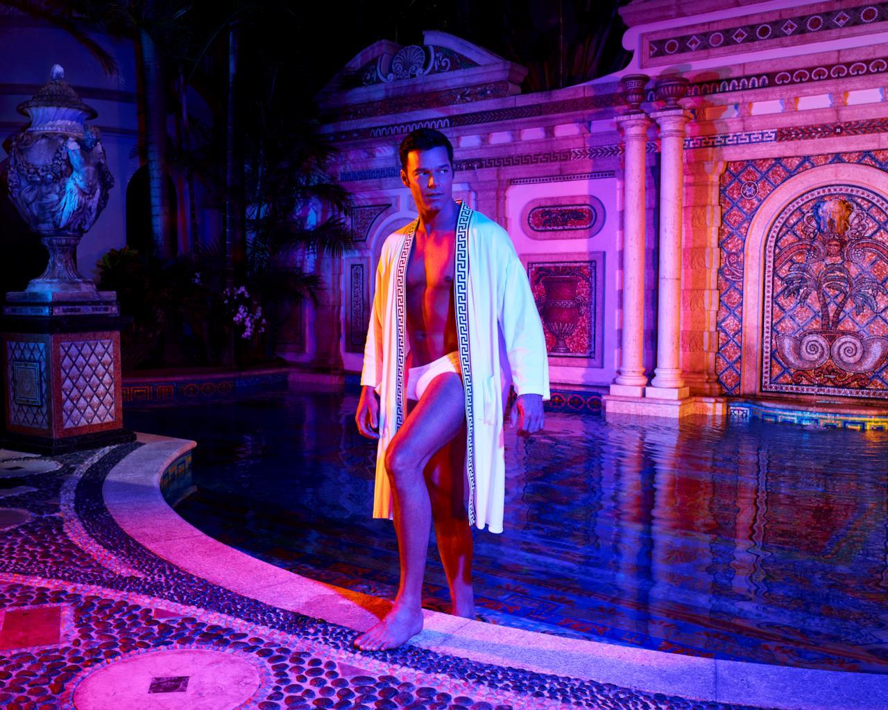 Ricky Martin esce dalla piscina di Casa Casuarina in American Crime Story