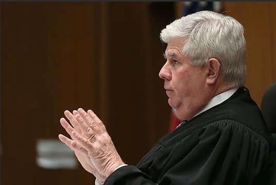Un primo piano del giudice Scott Gordon