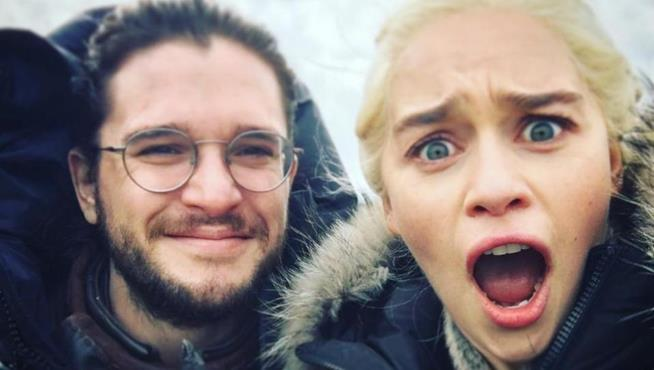 Emilia Clarke è sbalordita dallo strano look di Jon Snow