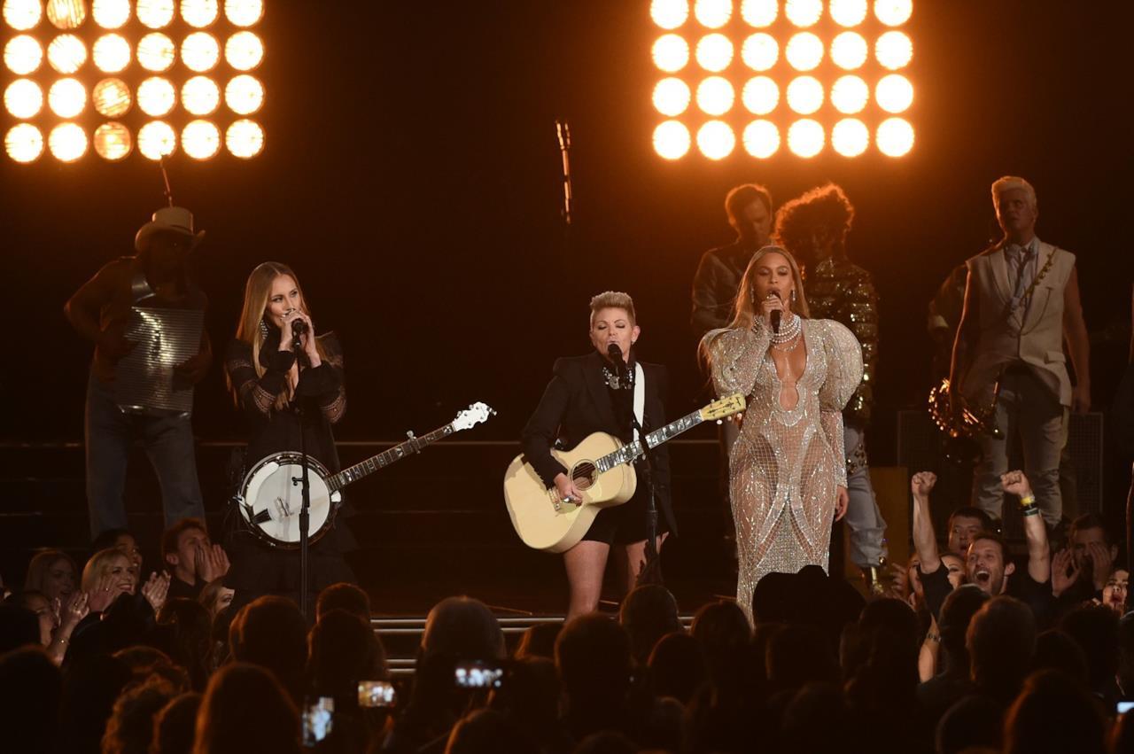 Beyoncé con l'abito Zuhair Murad canta sul palco dei CMA Awards