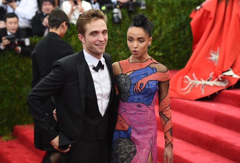 Primo piano di FKA Twigs e Robert Pattinson sul red carpet