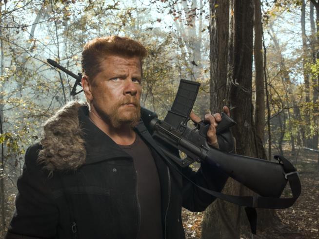 Abraham imbraccia una mitragliatrice in un bosco